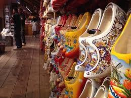 Em ơi, du lịch châu Âu đến Hà Lan đi, anh sẽ tặng em một đôi giày gỗ